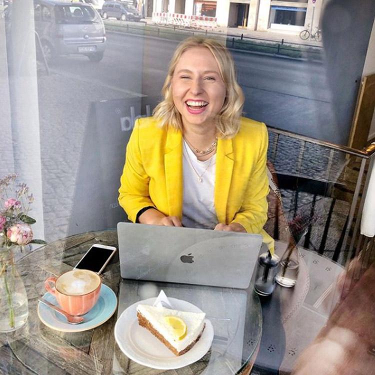 Caroline Preuss arbeitend am Laptop